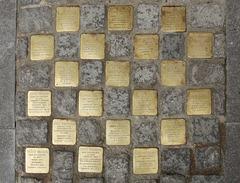 20 Stolpersteine vor dem Hamburger Rathaus erinnern an ermordete Mitglieder der Bürgerschaft (PiPs)