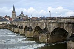 Le Vieux Pont sur la Loire à La-Charité-sur-Loire (département de la Nièvre, France)