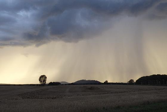 Montsec, de loin, sous une grande pluie
