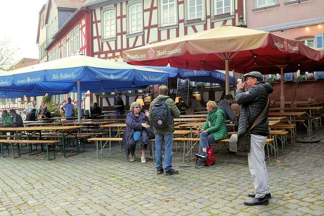 """Zeitvertreib vor dem Abendessen -beim Gasthaus """"Zum Bären"""" (3xPiP)."""