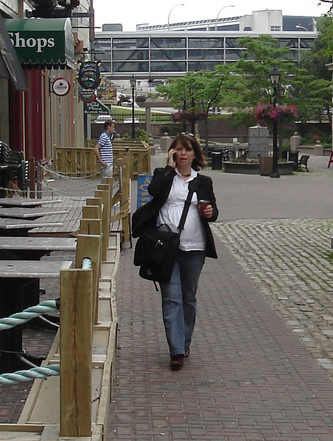 Shops Lady on cell phone - Recadrage