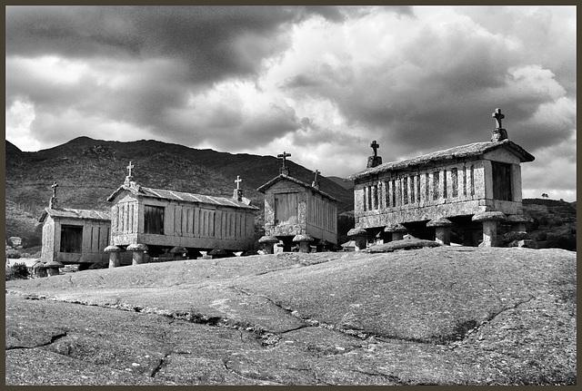 """Soajo (P) 26 mai 2016. """"Espigueiros"""", grenier à grains en granite (18e et 19e siècles) [Il ne s'agit pas d'un cimetière!!!]"""