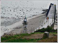 Le phare et la cale de la fenêtre au port de la Houle à Cancale (35)