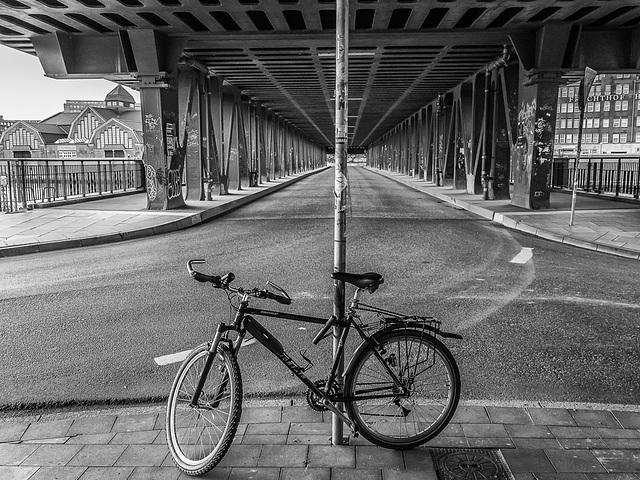 Lonesome Bike / Oberhafenbrücke Hamburg (015°)