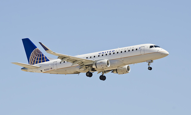 United Airlines Embraer ERJ-175 N125SY