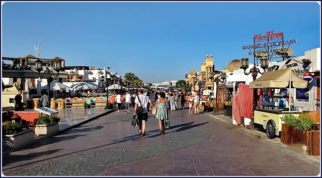 SHARM EL-SHEIK : è arrivata l'ora dello shopping ! una lunga passeggiata pedonale con qualche sacchetto in mano.