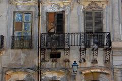 Drei Fenster und ein Balkon