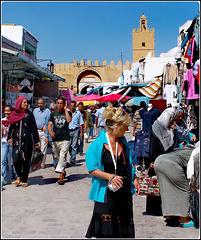Kairouan : una signora italiana con telecamera in caccia di curiosità nel caos di questo mercato tunisino