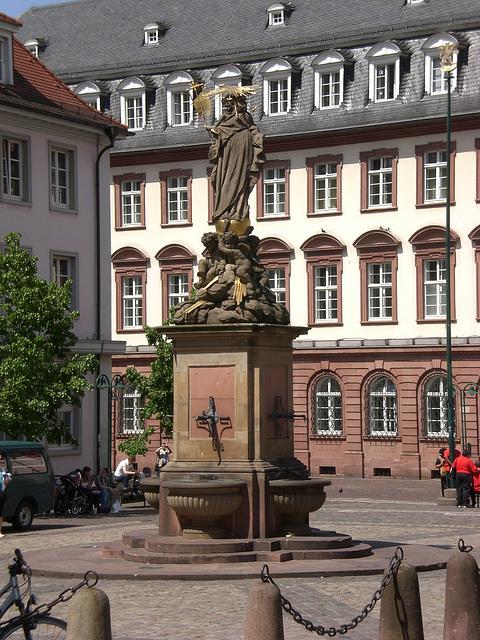 Brunnen und Statue auf dem Heidelberger Karlsplatz