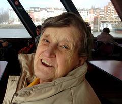 Oma während einer kleinen Fahrt mit der 62er Fähre