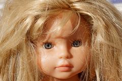 Jeune blonde aux yeux gris