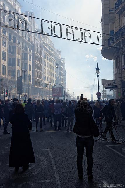 Zeit der Fallas - Valencianer strömen zur Plaza del Ayuntamiento (© Buelipix)