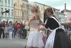 """Prezento de vestado de korseto - dum la urba solenajo en Svitavy """"Pilgrimo al Sankta Egidio"""""""