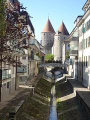 Schloss Yverdon-les Bains mit kleinem Bachrinnsal