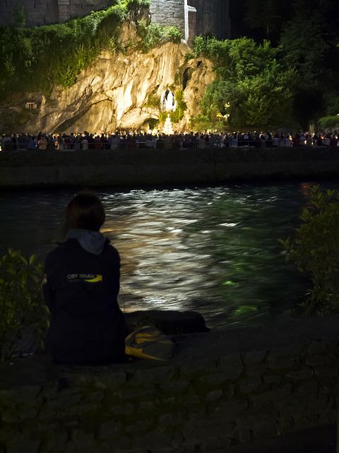 En silence et prière, en face de la Grotte - Lourdes, France