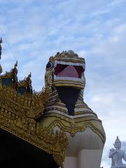 Am Eingang zur Shwedagon Pagode