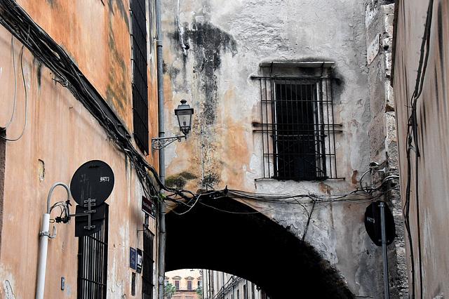 Vergittertes Fenster über dem Durchgang