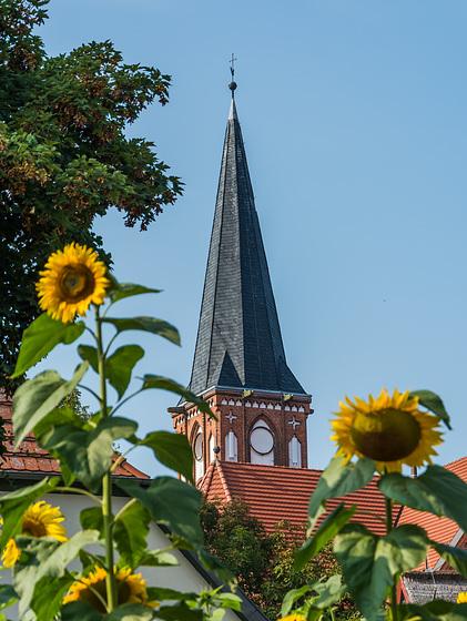 Blick zum Kirchturm der Wustrower Kirche