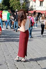 Une touriste en chaussures sexy à Notre-Dame de Paris