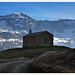 La chapel de Saint Pierre et les montagnes