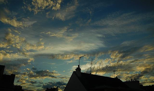 le beau ciel du soir au coucher du soleil