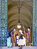 Roma : Due pellegrini del mondo chiedono di entrare in Vaticano per conferire col Pontefice - il braccio sn della guardia svizzera esprime una chiara risposta