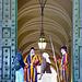 Vaticano : Due pellegrini del mondo chiedono di entrare in Vaticano per conferire col Pontefice - il braccio sn della guardia svizzera esprime una chiara risposta