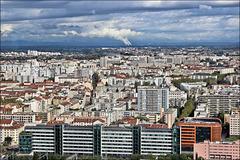 Lyon (69) 18 septembre 2013. Les quartiers est et Villeurbanne. Au fond, la centrale nucléaire de Bugey.