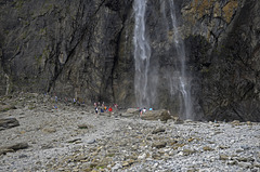 les visiteurs au pied de la chute d'eau