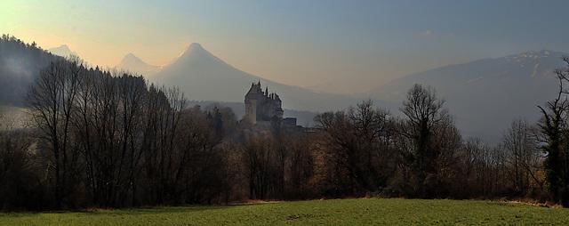 Le château de Menthon , dans la brume matinale