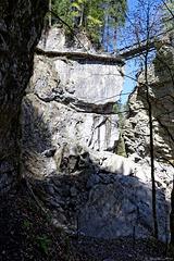 Im Gebiet des Felssturzes in der Rappenlochschlucht - hier führte früher der Weg durch die Schlucht! Oben der neue Weg und die neue Strassenbrücke (© Buelipix)