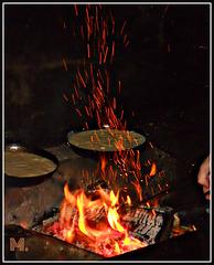 Omelette cuite au feu de bois .