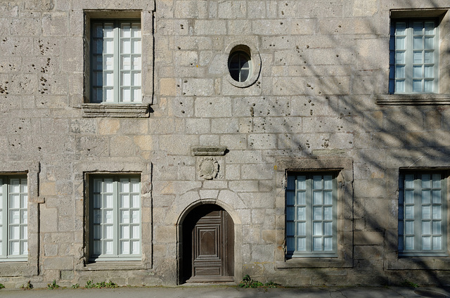 Petite porte mais grandes fenêtres