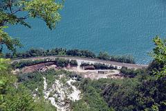 Blick in die tiefe vom Monte San Salvatore, auf den Luganersee, die Bahnlinie, und die Hauptstrassa von Lugano nach Melide