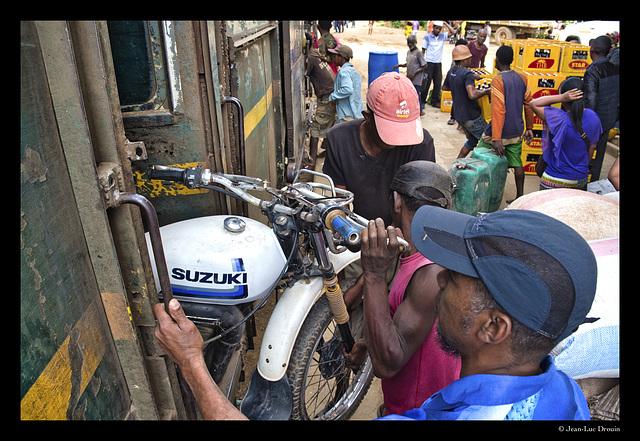 Une moto dans le compartiment voyageurs