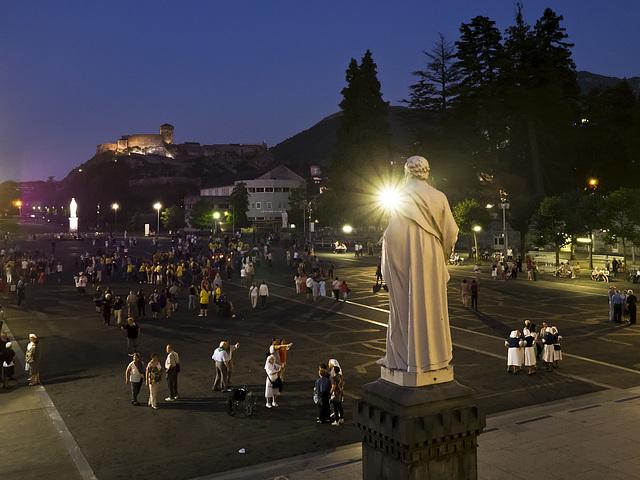 Tombe la nuit sur l'esplanade des basiliques - Lourdes, France