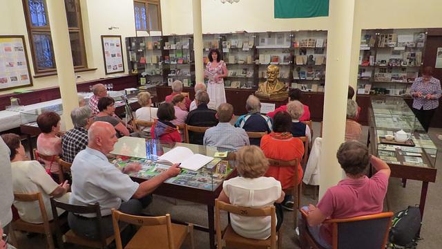 La ĈEA-prezidantino Libuše Hýblová bonvenigas gastojn de la 10jariĝo de la Esperanto-Muzeo en Svitavy (12.9.2018)