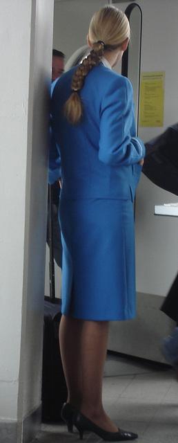 Une jolie blonde de KLM en talons hauts