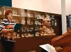 """Ekspoziciestrino Pavla Dvořáková enkondukas la novan teman ekspozicion """"10 jaroj de la muzeo kaj 100 jaroj de la respubliko"""""""