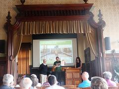 SKEF-prezidanto Peter Baláž transdonas donacon al la Esperanto-Muzeo