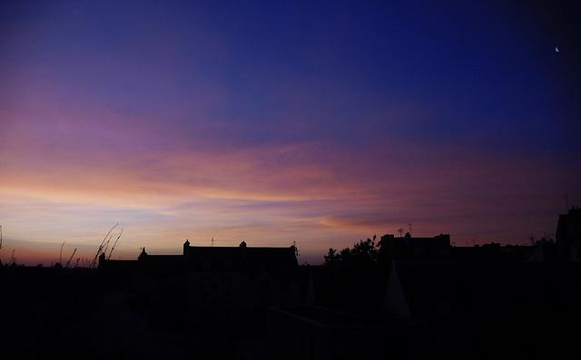 le ciel au lever du jour et le quartier de lune