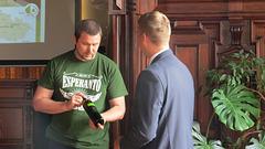 Peter Baláž donace transdonas al la urbestro de Svitavy David Šimek botelan onidire la plej efikan instruilon de Esperanto☺