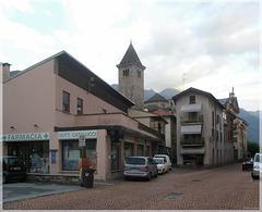 Via D. Uccelli und der Glockenturm der Kollegiatkirche San Vittore