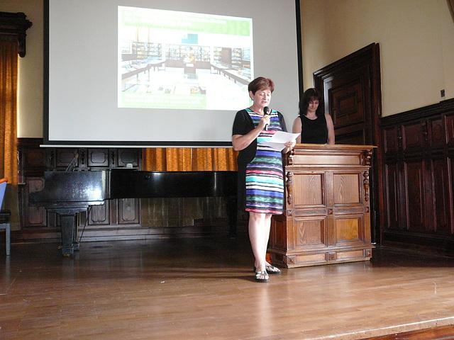 Lenka Angelová, la prezidantino de AEH, prezentas solenan alparolon omaĝe al la 10-jariĝo de la muzeo