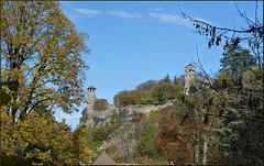 Crémieu (38) 5 novembre 2018. La tour de l'horloge, les remparts et la tour saint hippolyte.