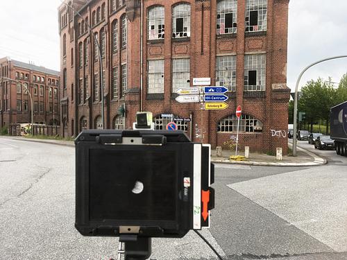 Mit der Kamera vor der New-York Hamburger-Gummi-Waaren Compagnie in Harburg // -fotosetup 5553