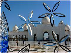 AbuDhabi : il gran piazzale attraverso la vetrata della moskea tenuto costantemente pulito e lucido - ingresso principale