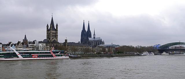 Gross St. Martinkirche in Köln und rechts  der Kölner Dom