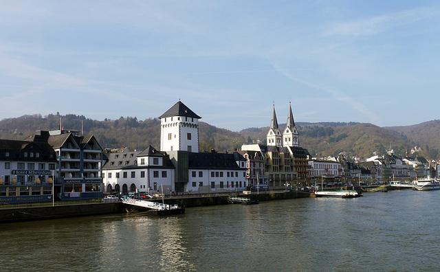 Die kurfürstliche Burg in Boppard(Museum) rechts Kirche St Severus