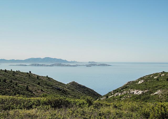 Vue sur la rade de Marseille.............L'archipel du Frioul somnole dans un bleu crémeux.